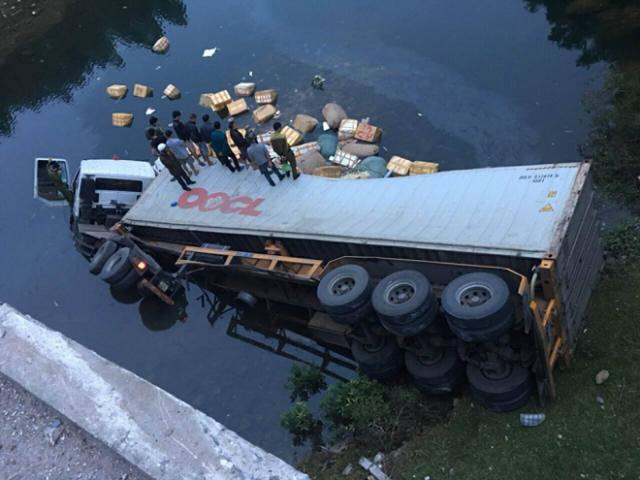 Xe container lao đầu xuống sông, 2 người thương vong