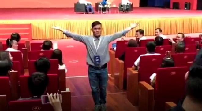 """""""Fan cuồng"""" vái lạy Jack Ma: """"Ngày đêm tôi mơ về ông ấy"""" - 2"""