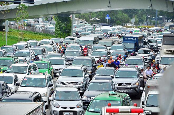 """Đề xuất thu phí ô tô để """"giải cứu"""" kẹt xe triền miên ở Tân Sơn Nhất"""