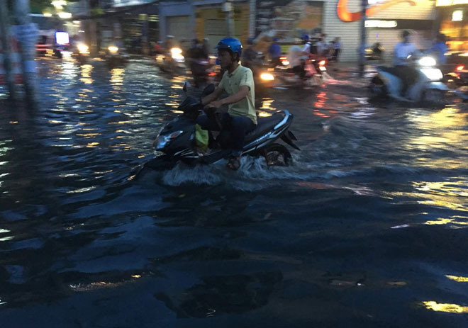 """Mưa """"chớp mắt"""", phố Sài Gòn ngập như lụt miền Trung"""