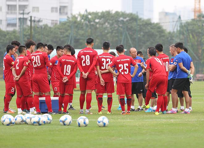 HLV Park Hang Seo sửa lỗi Công Phượng ở buổi tập đầu ĐT Việt Nam - 9