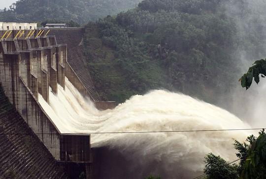 Yêu cầu thủy điện ngừng xả lũ để giải cứu 15 người kẹt trong rừng