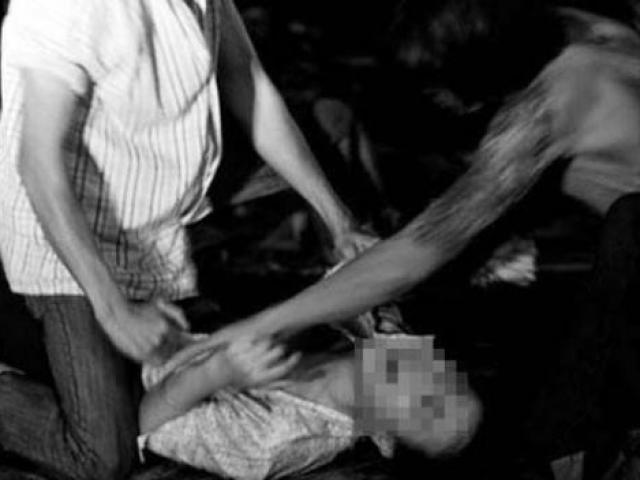 Bé gái 13 tuổi say rượu, 2 thanh niên kéo vào bụi rậm hãm hại