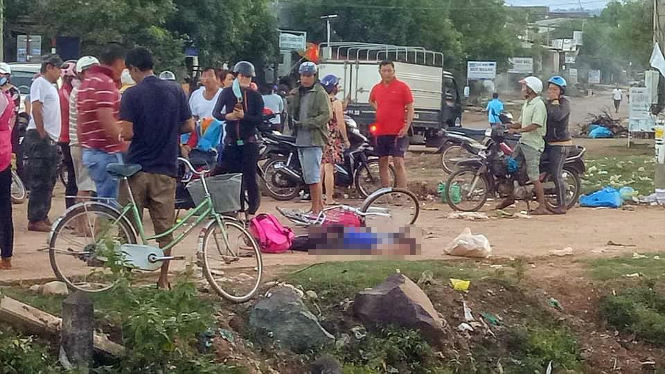 Xót xa bé gái tử vong trên đường đi học về, thi thể dính đầy đất - 1