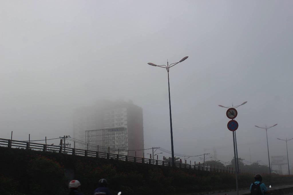 Ảnh: Sài Gòn bồng bềnh trong sương mù dày đặc - 9