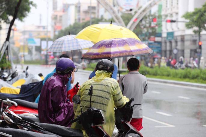 """APEC 2017: Người dân Đà Nẵng đội mưa chờ xem """"quái thú"""" - 7"""