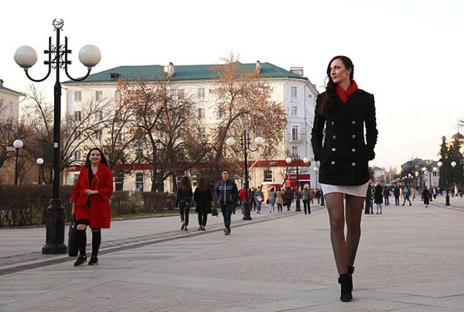 Nữ VĐV cao 2m06: Chân dài nhất thế giới 1m33, đi giày size 47 7