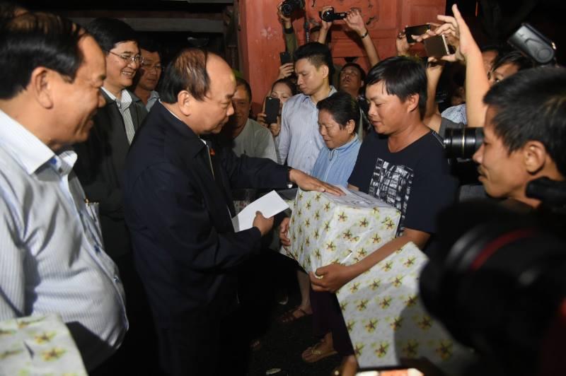 Thủ tướng lội nước nói chuyện với dân Hội An sau bão - 4