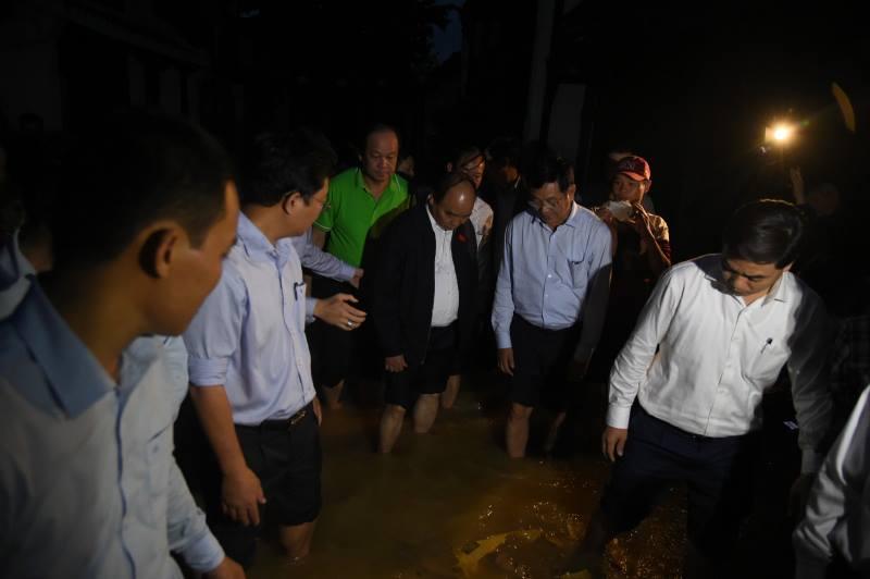 Thủ tướng lội nước nói chuyện với dân Hội An sau bão - 1