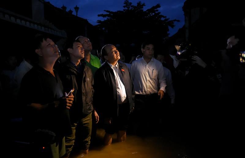 Thủ tướng lội nước nói chuyện với dân Hội An sau bão - 3