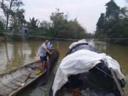 Xả thân săn cá chình trên dòng nước lũ