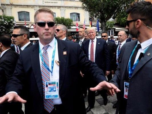 """Ông Trump được bảo vệ """"tầng tầng lớp lớp"""" thế nào khi ở nước ngoài?"""