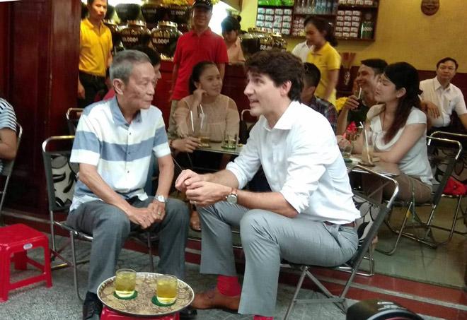 Thủ tướng Canada ngồi uống cà phê ở trung tâm Sài Gòn