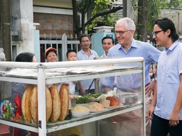 Thủ tướng Australia ăn bánh mì vỉa hè, chụp ảnh selfie với người dân Đà Nẵng