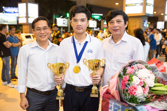 Kỳ thủ Nguyễn Anh Khôi nhận thưởng 69 triệu đồng từ Dược phẩm Nhất Nhất 1