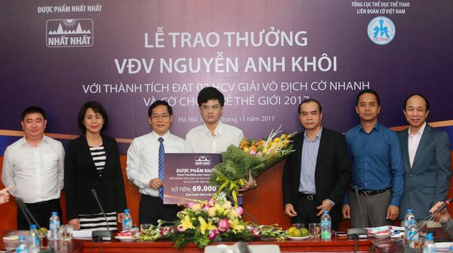 Kỳ thủ Nguyễn Anh Khôi nhận thưởng 69 triệu đồng từ Dược phẩm Nhất Nhất 2