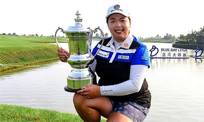 """Golf 24/7: """"Nữ quái"""" Trung Quốc nặng gần 90kg """"đè"""" 3 mỹ nhân 1"""