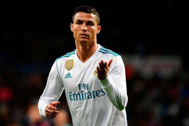 Ronaldo tịt ngòi: Đồng đội ghét thái độ, mơ được cung phụng như Messi - 1