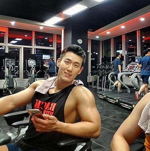 Lác mắt với cơ bắp cuồn cuộn của thầy giáo quyến rũ nhất Hàn Quốc - 12