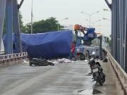 Xe tải lật đè vào 2 mẹ con đi xe SH, một người tử vong tại chỗ