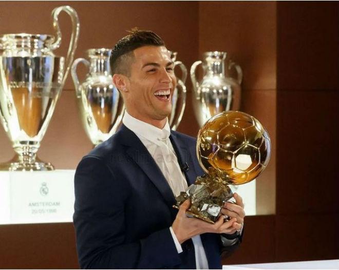"""Ngỡ ngàng: Messi gọi điện cho Ronaldo """"chia chác"""" Bóng vàng 2"""