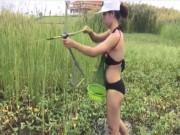 Bạn trẻ - Cuộc sống - Gái trẻ mặc bikini lội ruộng bắn cá ''gây sốt'' mạng xã hội