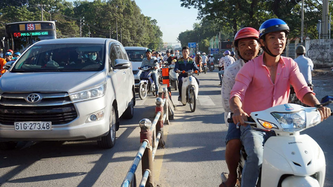TP.HCM: Hình ảnh không ngờ tại cầu vượt thép trong ngày đầu thông xe - 9