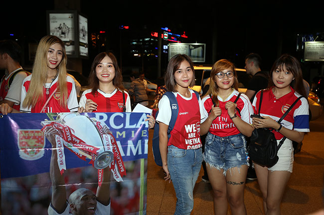 CĐV nữ xinh Việt Nam ôm chặt huyền thoại Arsenal ở sân bay