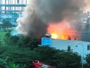 Cháy nổ tại căn nhà nghi điểm sang chiết gas, cả khu dân cư tháo chạy