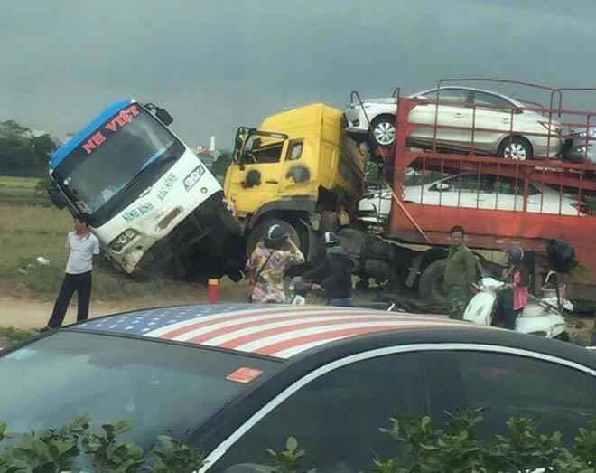 Xe tải húc nghiêng xe khách, hành khách la hét trong hoảng loạn - 1