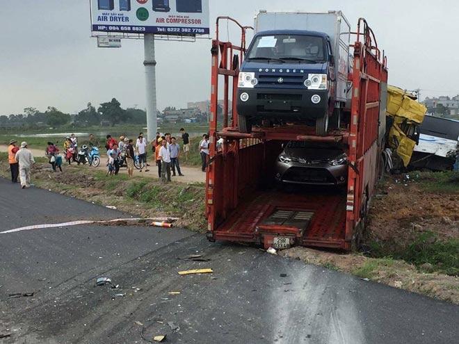 Xe tải húc nghiêng xe khách, hành khách la hét trong hoảng loạn - 2
