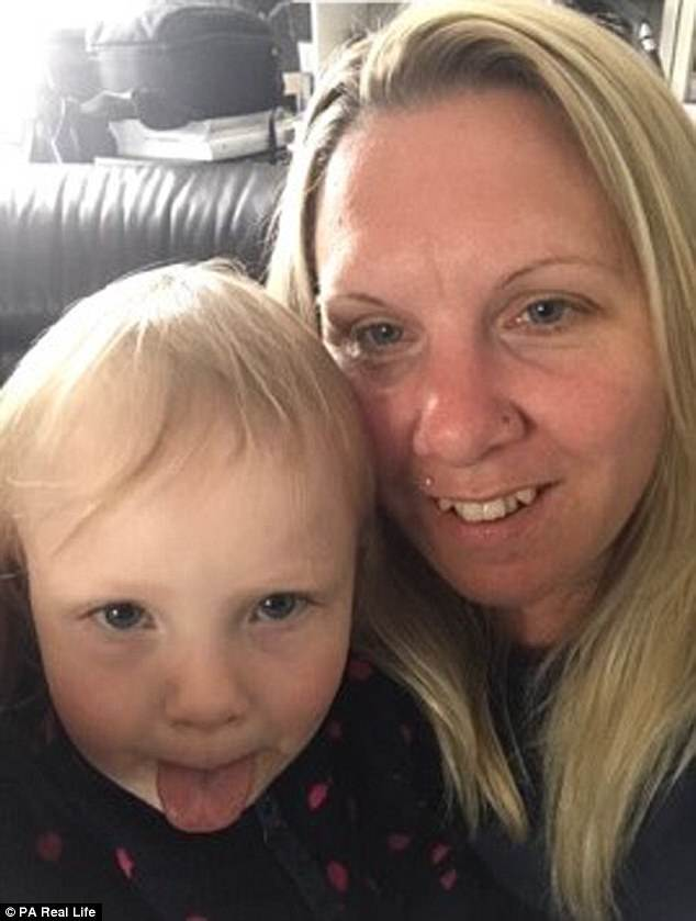 Bé gái 3 tuổi suýt chết vì một vết mèo cào