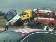 Xe tải húc nghiêng xe khách, hành khách la hét trong hoảng loạn