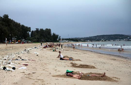 Nóng trong tuần: Bão số 14 đổ bộ đất liền, người dân vẫn đổ xô đi tắm biển - 1