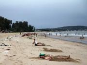 Bão 14 giảm thành áp thấp nhiệt đới, người dân bất chấp đổ xô tắm biển