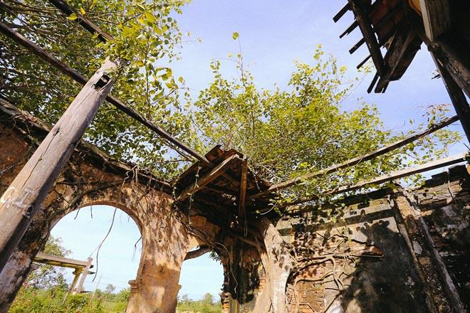 Kỳ thú đình làng nằm gọn trong bộ rễ của hai cây bồ đề - 7