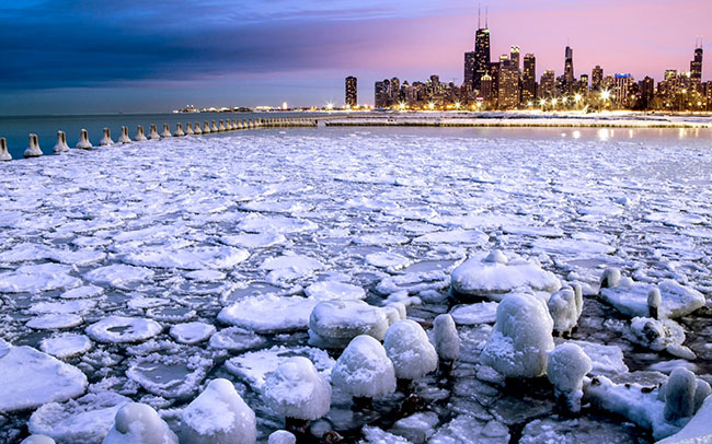 Chicago, Hoa Kỳ: Chicago được biết đến nhiều nhất là thành phố của mùa đông, và nó trở nên đẹp nhất khi chuyển thành Thành phố tuyết. Hãy đến Chicago vào tháng Giêng hoặc tháng Hai để chứng kiến khi Chicago lạnh nhất, lúc này nhiệt độ có thể xuống thấp đến mức một phần của dòng sông Michigan phủ trắng tuyết, một cảnh tượng đẹp mê ly.