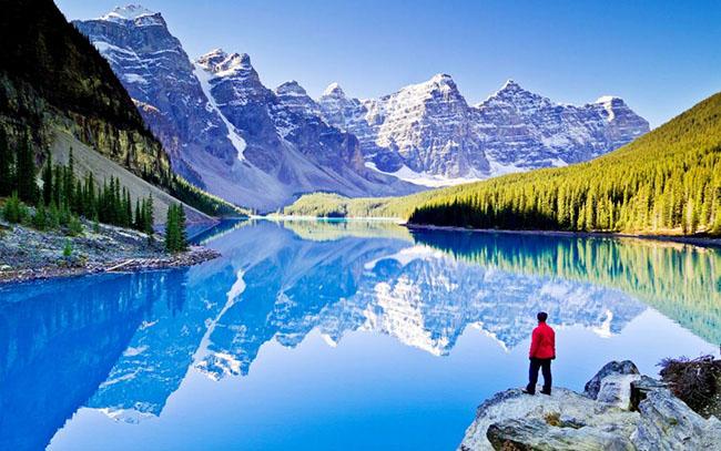 Vườn Quốc Gia Banff, Canada: Ngôi sao thu hút nhiều du khách đến với Vườn Quốc gia Banff nhiều nhất chắc chắn là hồ Moraine. Nằm cách Hồ Louise 15 km, Moraine là cả một vùng nước trong suốt phản chiếu hình ảnh lấp lánh của những đỉnh núi phủ đầy tuyết, và những rừng thông xanh ngắt mọc xung quanh hồ là một quang cảnh cực kỳ quyến rũ.