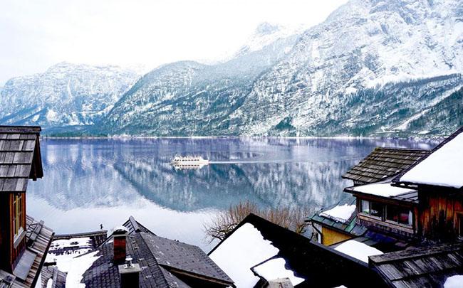 Hallstatt, Áo: Hallstatt là một ngôi làng nhỏ ven biển và là Di sản Thế giới được UNESCO công nhận. Đây là ngôi làng được bình chọn là đẹp nhất thế giới, nhất là khi vào đông, phong cảnh càng trở nên tuyệt đẹp khi núi Salzburg gần đó được bao phủ đầy tuyết.