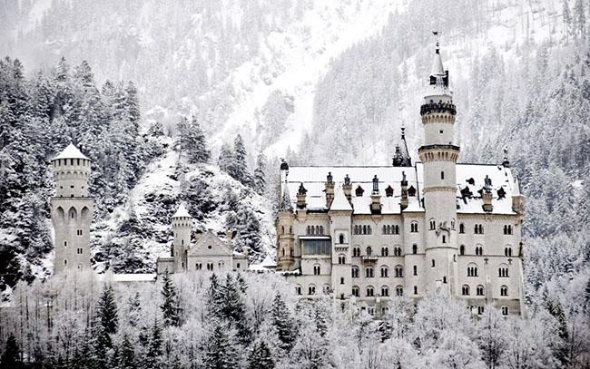 Schloss Neuschwanstein, Đức: Nằm trên một ngọn đồi phía trên làng Hohenschwangau ở tây nam Bavaria, tòa lâu đài Schloss Neuschwanstein được coi là lâu đài đẹp nhất trên thế giới và xuất hiện trong rất nhiều bộ phim, nhưng phong cảnh của nơi này đẹp nhất vào những tháng mùa đông khi rừng thông xung quanh được bao phủ đầy tuyết, khiến lâu đài mang vẻ đẹp huyền bí.