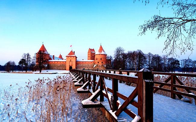 Lâu đài Trakai, Lithuania: Nằm cách mười bảy dặm về phía tây của Vilnius, lâu đài Traikai càng trở nên lộng lẫy hơn vào những tháng mùa đông, khi hồ nước xung quanh bị đóng băng và các chóp nhọn lợp ngói đỏ của tòa lâu đài bị tuyết phủ lốn đốm càng trở nên nổi bật trong sắc trắng bao phủ khắp mọi nơi.