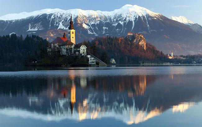 Hồ Bled, Slovenia: Không có hình ảnh đẹp hơn hồ Bled ở vùng Alpine Upper Carniolan của Slovenia. Bạn có thể đi bộ quanh toàn bộ hồ trong vòng một giờ để ngắm cảnh và có cơ hội để chụp ảnh Nhà thờ Assumption trên Đảo Bled, với những ngọn núi phủ đầy tuyết phủ lánh lánh phía sau, một phong cảnh cực kỳ ngoạn mục.