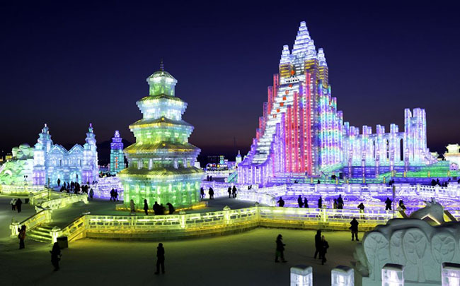 Cáp Nhĩ Tân, Trung Quốc: Nếu bạn sắp đi đến Cáp Nhĩ Tân vào tháng Giêng bạn sẽ có một trải nghiệm tuyệt vời khi thành phố tổ chức lễ hội điêu khắc băng và tuyết lớn nhất trên thế giới. Những người tham gia đến từ khắp mọi nơi trên hành tinh và trưng bày các thiết kế băng ngoạn mục, cực kỳ to lớn của họ. Nhớ là phải mặc thật ấm vì vùng đông bắc Trung Quốc này có nhiệt độ thấp hơn -20 ° C vào mùa đông.