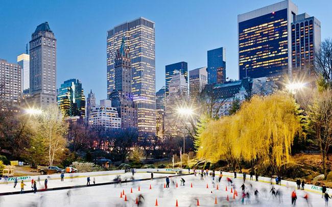 Thành phố New York, Hoa Kỳ: New York trở nên tuyệt đẹp vào mùa đông. Khi nhiệt độ sụt giảm, bầu trời có màu xanh dương và khi tuyết rơi nó trở thành màu xanh nhạt. Du khách ngoài ngắm cảnh còn có thể tham gia lễ hội mua sắm ở Bloomingdale và Macy, lãng mạn hơn bạn có thể đến Central Park để chơi trượt băng. Đây có lẽ là địa điểm trượt băng ấn tượng nhất hành tinh, với các tòa nhà chọc trời Manhattan lung linh ngay gần đó.