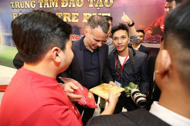 Fan nữ xinh hết mình xin Giggs chữ ký, háo hức đón SAO MU ở PVF 6
