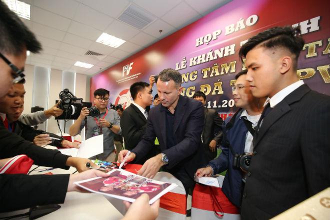 Fan nữ xinh hết mình xin Giggs chữ ký, háo hức đón SAO MU ở PVF 7