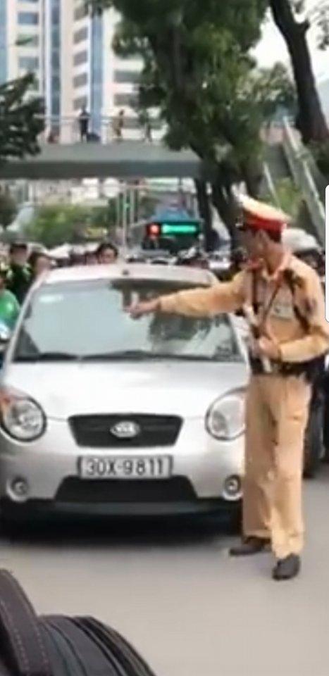 """Hà Nội: Danh tính nữ tài xế lái ôtô hết kiểm định, """"ủn"""" CSGT - 1"""