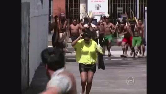"""Bỏ chạy """"mất dép"""" khi thấy người da đỏ xuất hiện trên phố"""