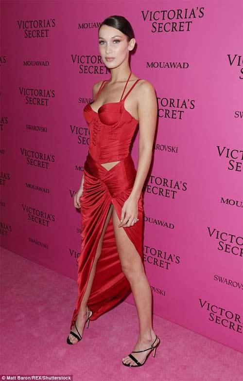 Hot girl Hollywood tái diễn lại sự cố váy xẻ hiểm tại thảm hồng - 1