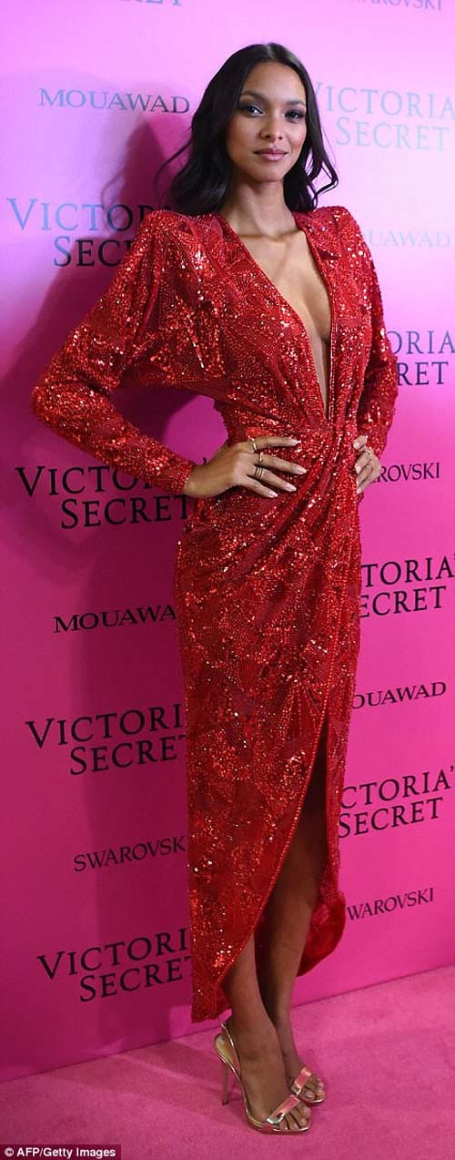 Hot girl Hollywood tái diễn lại sự cố váy xẻ hiểm tại thảm hồng - 5